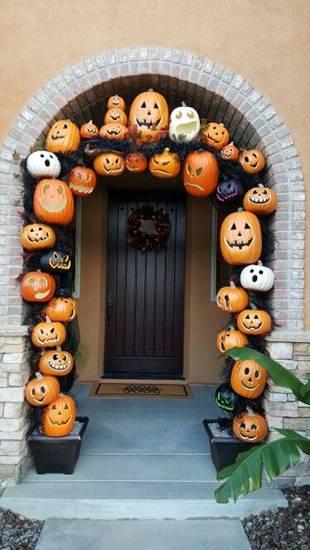 puerta de casa con calabazas